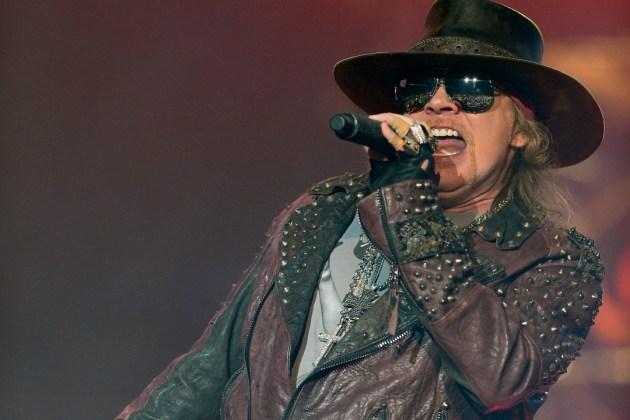 Chris Pitman, ex tecladista de Guns N' Roses, demanda a Axl Rose