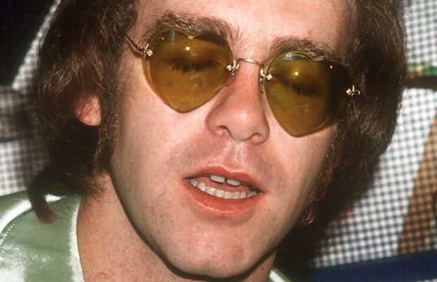 Robaron los anteojos con forma de corazón de Elton John