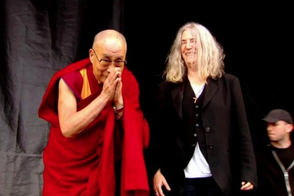 El Dalai Lama compartió el escenario de Glastonbury con Patti Smith