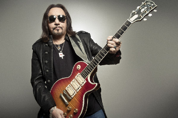 "Ace Frehley estrena el videoclip de ""Fire and Water"", con la participación de Paul Stanley"