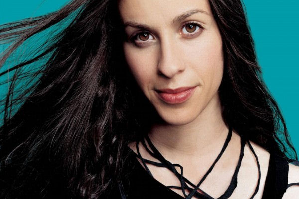 Alanis Morissette compartió «Smiling», otro adelanto de «Tales Pretty Forks in the Road»