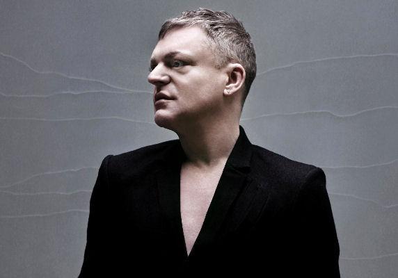 El excéntrico vocalista de Erasure, Andy Bell, se presenta en Buenos Aires