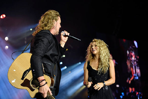 Shakira sorprende al público en un concierto de Maná