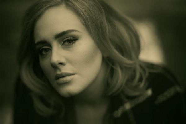 """Adele bate récords: """"25"""" vende 3,38 millones de copias en los Estados Unidos en una semana"""