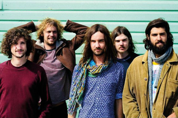 "Tame Impala interpreta ""Let It Happen"" desde La Géorde, en París"