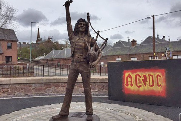 Inauguran en Escocia una estatua de Bon Scott