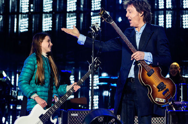 "Paul McCartney invitó a una nena al escenario para tocar ""Get Back"""