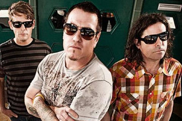 "Smash Mouth se interna en la electrónica con ""Love Is a Soldier"""