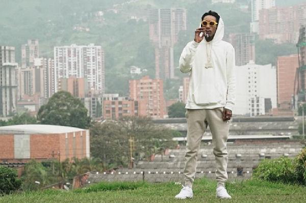 """El alcalde de Medellín acusó a Wiz Khalifa por """"apología del delito"""" por visitar la tumba de Pablo Escobar"""