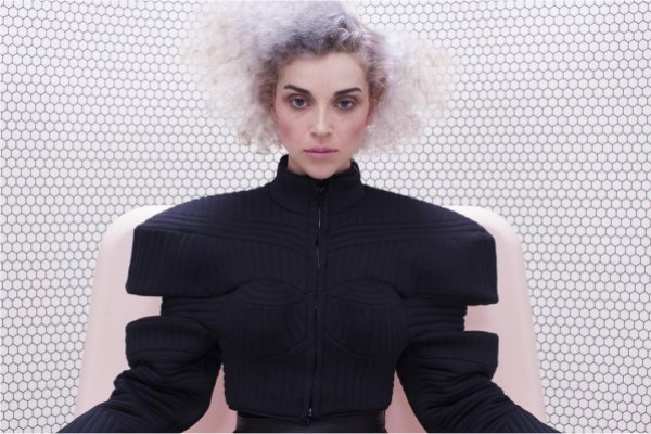 "Mira el nuevo y surrealista video de St. Vincent para ""New York"""
