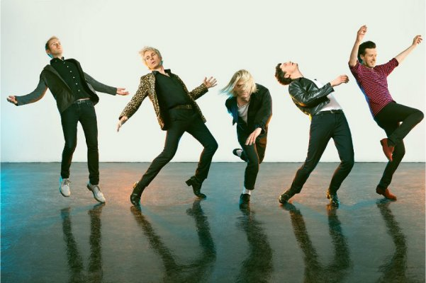 "Franz Ferdinand publicó el single ""Feel The Love Go"", con fuertes influencias de synth pop"
