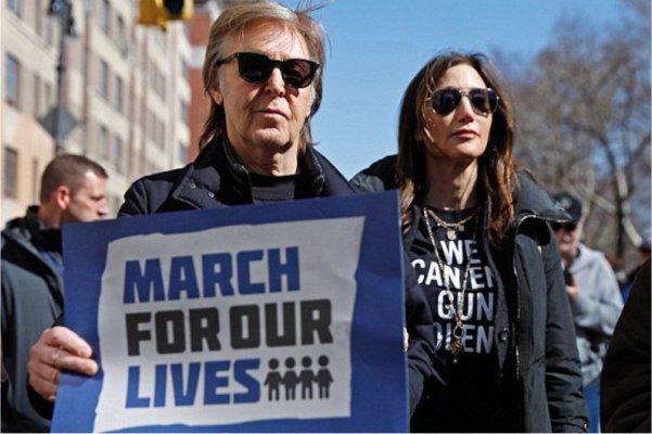 Paul McCartney asiste a la marcha anti-armas en recuerdo de John Lennon
