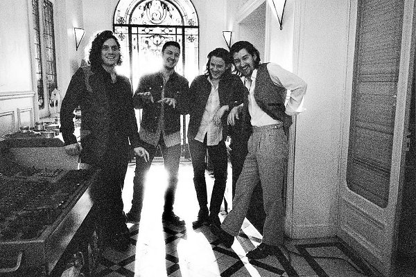 "Arctic Monkeys muestra el backstage de su último disco en el corto ""Warp Speed ​​Chic"""