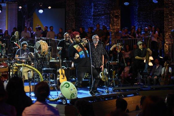 """Los Auténticos Decadentes promocionan su unplugged con """"Loco (tu forma de ser)"""" y giran por Latinoamérica"""