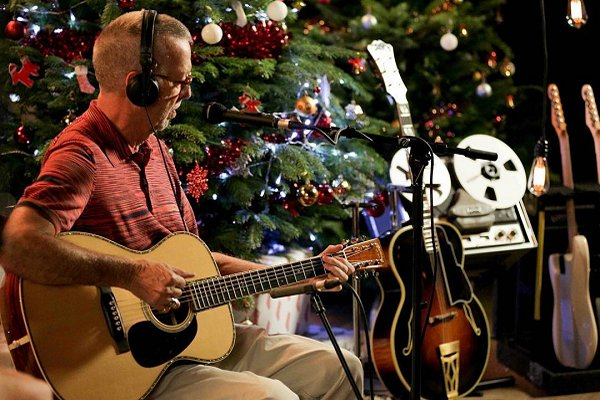 "Eric Clapton estrenó el videoclip de ""For Love on Christmas Day"""
