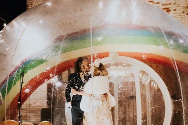 Wayne Coyne, líder de Flaming Lips, se casó dentro de una burbuja de plástico