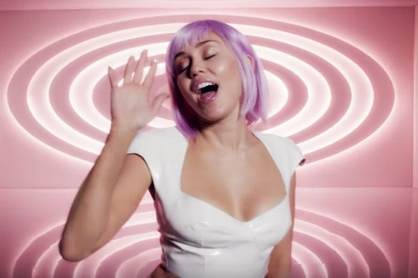"Miley Cyrus publicó un video con su cover de Nine Inch Nails para ""Black Mirror"""