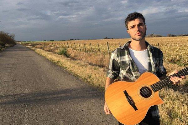 Ale Kurz, cantante de El Bordo, presenta su canción solista «Respira»