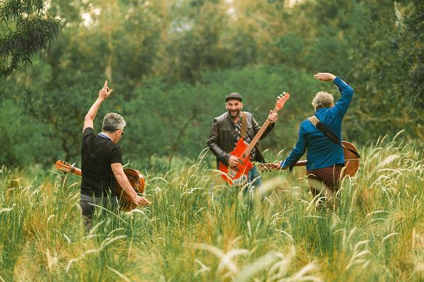 Los Tipitos estrenaron el videoclip de «Río», su colaboración con León Gieco