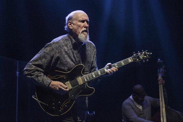 El guitarrista John Scofield vuelve a su raíz jazzera en su primer álbum para el sello ECM