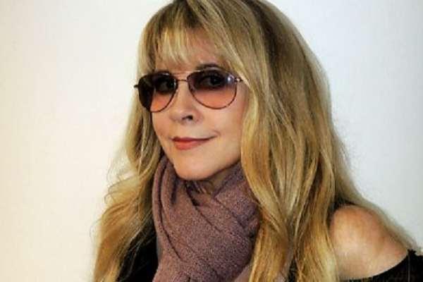 """Stevie Nicks le pide a la gente que se convierta en """"guerreros espirituales""""  y """"usen barbijo"""""""
