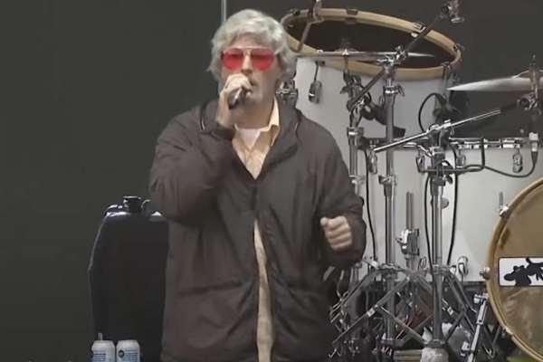 Fred Durst estrena nuevo look durante la actuación de Limp Bizkit en Lollapalooza
