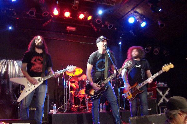 Banda de la Muerte plasma su rock duro en «8894»