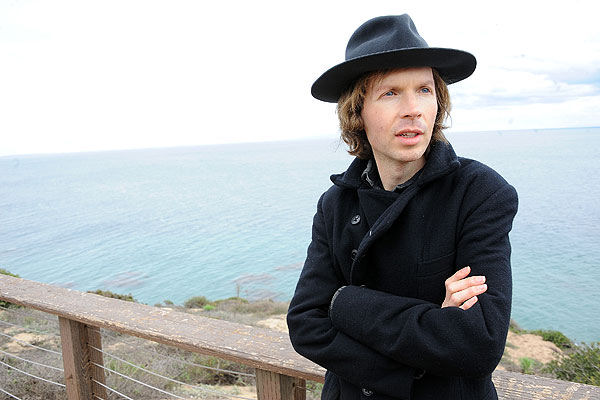 Beck retoma la senda del pop con el single «Up All Night»