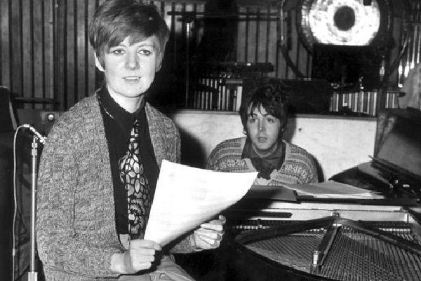 Falleció Cilla Black, cantante apadrinada por los Beatles
