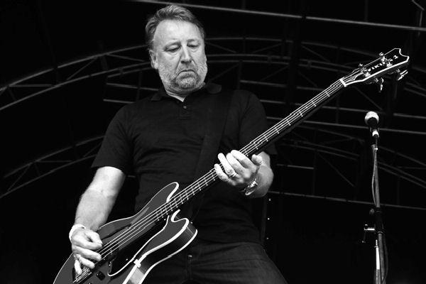 Peter Hook transmitirá en streaming un concierto que repasa el catálogo completo de Joy Division