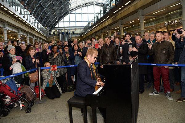 Elton John sorprende en Londres tocando el piano en una estación de tren