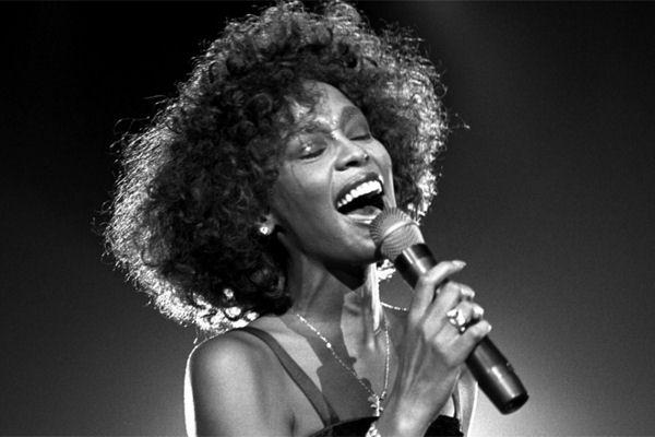 Whitney Houston se convierte en la primera artista negra con tres discos de diamante en los Estados Unidos