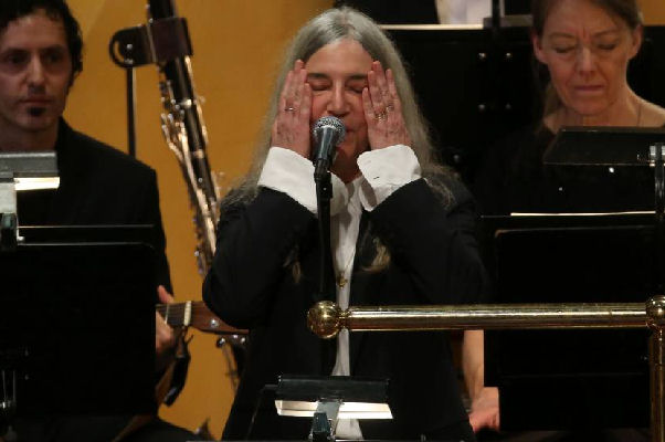 Patti Smith interpretó un clásico de Bob Dylan en la ceremonia del Nobel