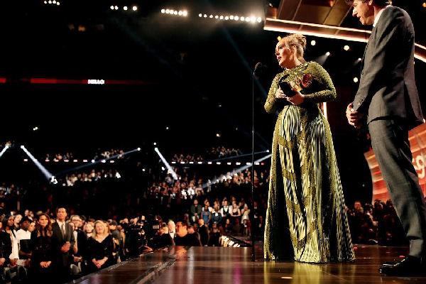 Adele se quedó con los principales Grammy y David Bowie se llevó 5 premios póstumos