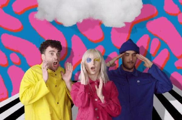 Los miembros de Paramore parodian a un noticiero en el clip de «Rose-Colored Boy»