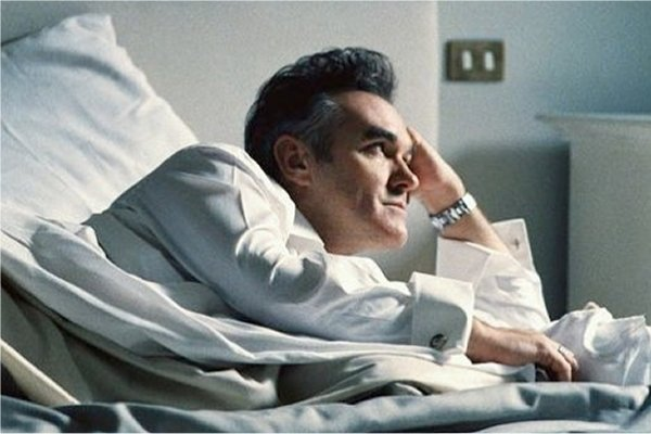 Morrissey estrenó la sombría canción «Love Is On Its Way Out»