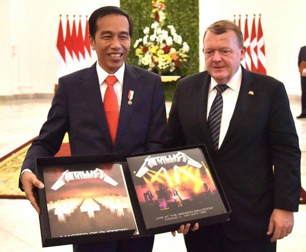 El primer ministro danés le regaló al presidente de Indonesia un LP autografiado de Metallica