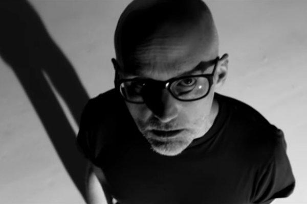 Moby compartió una nueva versión de «Natural Blues» con Gregory Porter y Amythyst Kiah