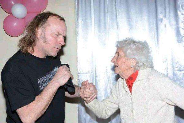 La Renga tocó en el cumpleaños de Nelly, «la abuela motoquera»