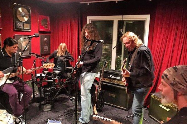 Miembros de Foo Fighters, Metallica y Iron Maiden se reunieron para zapar