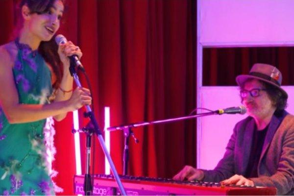 Brenda Asnicar y Charly García interpretan «You're So Vain» de Carly Simon