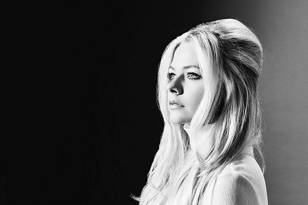 Avril Lavigne estrenó el lúgubre videoclip de «I Fell in Love With the Devil»