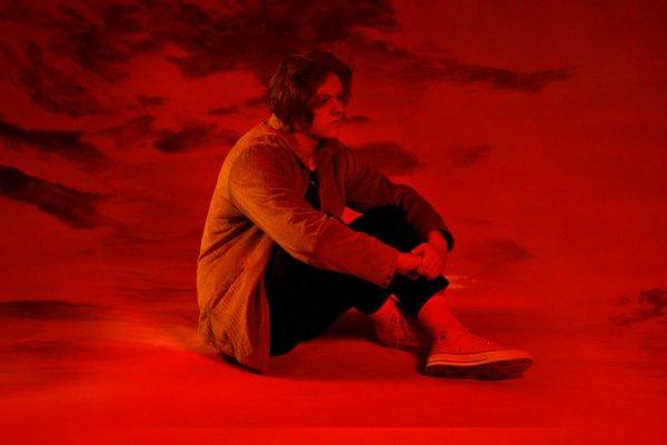 El cantautor británico Lewis Capaldi estrenó el videoclip de «Bruises»