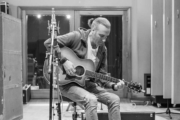 El nicoleño Manuel Wirzt publicó su álbum «Todo»
