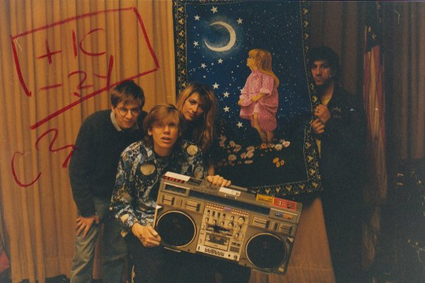 Sonic Youth publica registros de 12 shows en vivo para ayudar a superar la cuarentena