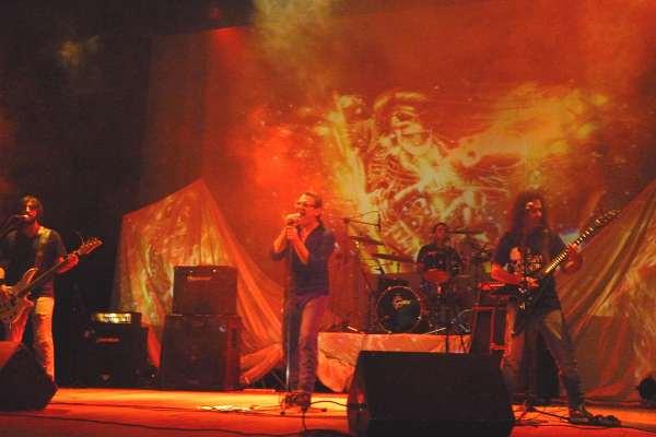 La banda nicoleña El Vasco Rock sigue anticipando su EP con «Soy La Noche»