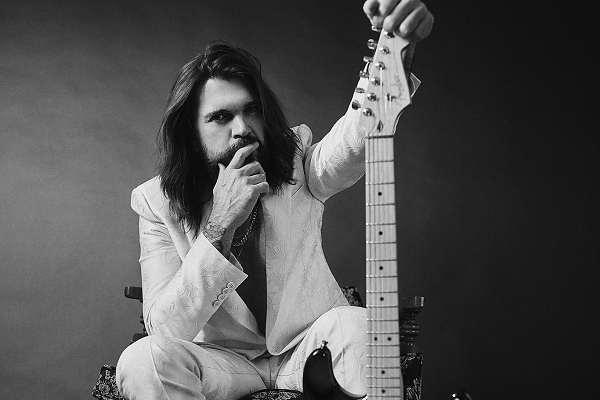 Juanes vuelve a la música de su infancia para un nuevo álbum y un documental